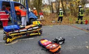 POL-HM: Nach Baumkollision: Schwerverletzter im Fahrzeug eingeklemmt - Rettungshubschrauber im Einsatz