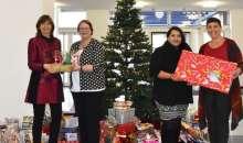 Weihnachtswunschbaumaktion: Senioren und Kinder freuen sich über Geschenke unterm Weihnachtsbaum